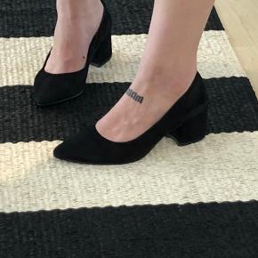 Sorte suede hæle ca 4/5 cm i str 40🐉  Køber betaler fragt