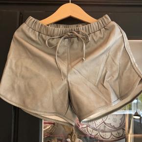 Så cool fake læder shorts. Brugt en enkelt gang. Lidt for små til min datter, desværre. Perfekt stand. Fra SS19 kollektionen. Nypris: kr 400,-  Køber betaler porto og evt gebyr Handler gerne mobilepay