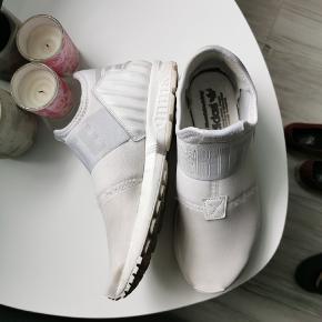 Adidas White, str. 38 Meget let og rigtgit lækker at gå i 🌼 Skrive gerne for flere info eller billeder 🌸