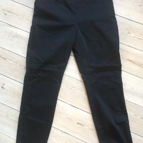 Fine sorte slim fit bukser str. 42 med lynlås i siden.😀fra H&M Kan hentes i Århus C