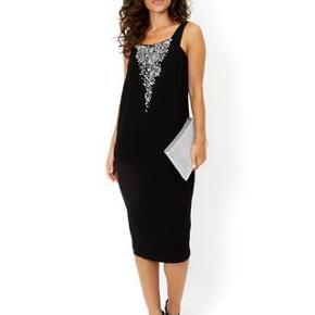 Varetype: kjole Farve: sort Oprindelig købspris: 2100 kr.  Super flot kjole med håndsyde sten, aldrig brugt. Passer til en str 38 og en lille str. 40.