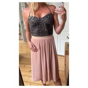 Fineste nederdel. Inderforet er gået lidt et par steder, men ikke noget man ser når den er på  Se også mine andre annoncer eller følg mig på Instagram @2nd_love_preowned_fashion