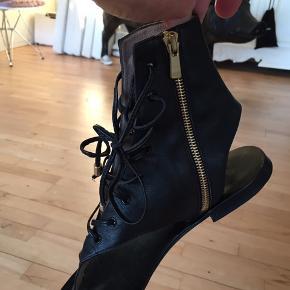 Lækre sandaler fra Malene Birger. Brugt 1 par måneder sidste sommer. Stadig fine. Str.39 sort skind med snørrer. Nypris 3500,- sælges for 500,-