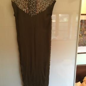 Helt ny kjole! By Malene Birger. Med pallietter på hele forsiden og lidt på bagsiden. Farve: Oliven med mettalic look foran. Aldrig brugt. Med prismærke.