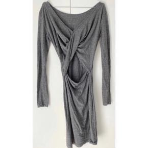 Skøn grå kjole fra Designers Remix  - str. small - brugt lidt, men i god stand - den smukkeste ryg med v-udskæring, kryds effekt og åben  - enkel foran med bådudskæring   Nypris 999,-   Se også mine andre fine annoncer. Sælger billigt ud og giver gerne mængderabat 🌸