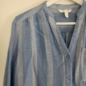 Sød skjorte bluse i blå/hvid. Brugt og vasket 1. Gang.
