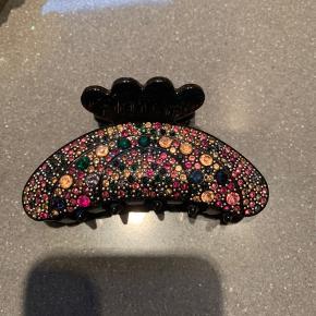 Fineste hårklemmer i sort med pink, beige, grønne og blå sten💎 Har aldrig været brugt  Mangler kun en hel lille sten (se sidste billede)