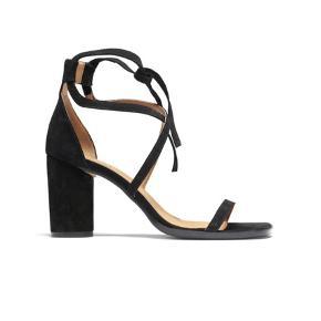 Sælger disse fine heels stilletter model Jenny fra Ganni da jeg ikke får dem brugt. De er kun brugt er par gange og fremstår sort set som nye. Bytter IKKE Køber betaler porto. Har mobile pay