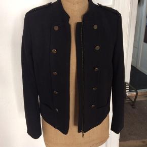 Rigtig fin militærinspireret jakke.  Mærket er klippet af men mener at det er en str 40-42. Er dog selv en str 38 og synes at den passer fint😊