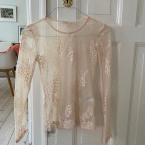 virkelig pæn mesh-top. ser rigtig godt ud under en anden trøje eller en kjole! skriv hvis du har spørgsmål🧚🏻♀️  *kan hentes hos mig på østerbro eller sendes med DAO, mødes ik😊