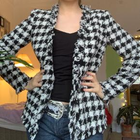 Ternet jakke i tweed 🤍
