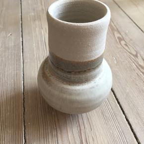 Fin rund retro vase på lille fod. 12 cm høj. Ingen skår.