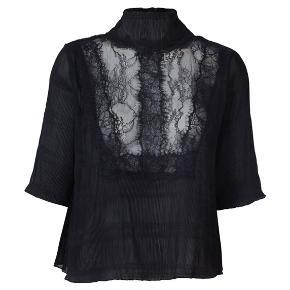 Mckinney Pleat bluse i sort med blonder for oven