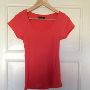 T-shirt i str. Small fra ONLY.  Aldrig brugt.  Sælges også i lilla.