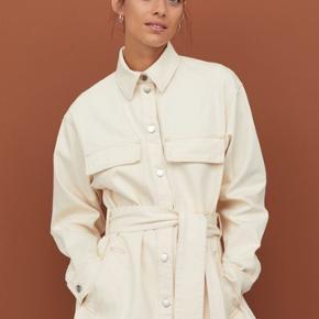 Cremefarvet/hvid denim skjorte med bindebånd fra H&M. Den er i størrelse 40/medium og kan derfor både bruges som jakke og en skjorte. Helt ubrugt - har kun lige taget mærket af. Koster 499,- fra ny og er udsolgt.   #Trendsalesfund