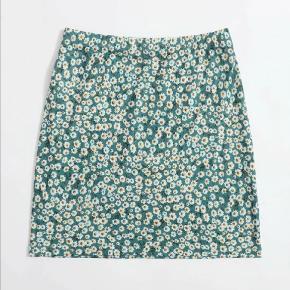 Sælger denne mega smukke nederdel fra Shein. Sælger den da den lige er til den korte side, og aldrig har brugt den.  Den har et mega pænt print.  Der er elastik i, så den kan sagtens bruges hvis man er en M eller L