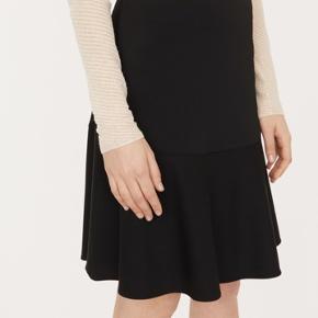 En ny nederdel, kun prøvet på. Købt i Magasin, kvittering haves.