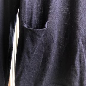Lækkert navy Marino uld pull over med knappe detaljer på ryggen. Aldrig brugt. Byd gerne :-)