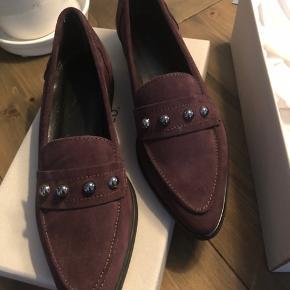 Sælger disse fine loafers i str. 39, da jeg ikke har fået taget dem i brug.   De er derfor helt nye og der er ingen tegn på slid.   Nypris: 650kr