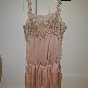Lyserød/rosa buksedragt med shorts og med guld blonde og sten på stropper. Fra buch Copenhagen str. Small