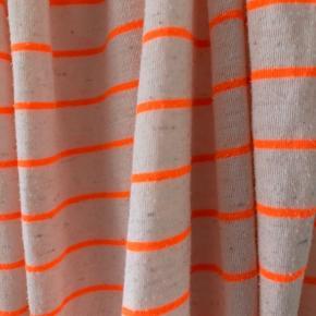 Råhvid/beige med neon orange striber.
