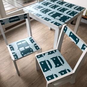 Bord og 2 stole sælges billigt. 100kr afhentet i glostrup.   Jeg har selv klistret tapet på. Men det trænger til et nyt design. Med et nyt tapet på bliver sættet smukt igen.   Vh