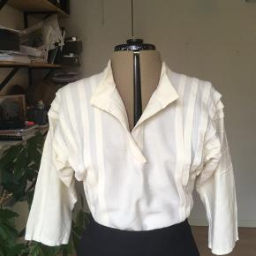 Fin creme farvet/råhvid vintage skjorte. Tror den er hjemmesyet. Broche kan tilkøbes for 70kr