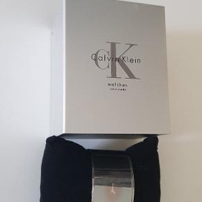 Super flotte armbånd/ur fra Calvin Klein, størrelse af armbånd  5,5x4 cm indvendig.  Ny batteri. Sælges i original æske med certifikat. OBS! Skynd dig at købe, den er til salg kun i begrænset periode!