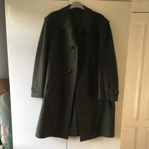 Fantastisk flot Steinbock tyrol grøn vintage frakke i 100 % uld. Frakken er kun brugt en smule og fremstår i helt perfekt stand. Længde: 111 cm. Der står ikke størrelse i den, men vurderer at den passer en L - XL. Der følger ekstra knap med.