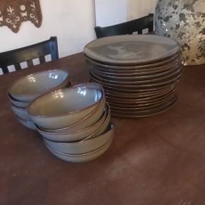 Keltum stentøjs tallerkener og store skåle i den grå-grønne farve.  16 store middagstallerkner 11 store skåle  De er brugt få gange og en stor del er aldrig brugt.