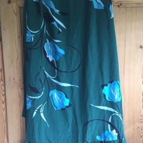 Skøn nederdel - ca 95 cm lang bagpå  ;)