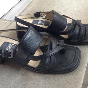 Varetype: Sandaler Farve: Sort Oprindelig købspris: 700 kr.  Skind sandal m tynde remme