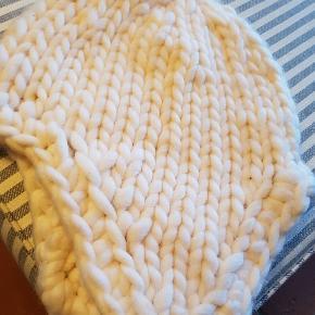 """Skøn fed mærkevare strik hue - tror det er angora uld. Blødeste...kradser ikke. Kun brugt et par gange på en skiferie...Jeg er bare ikke """"hue"""" pige :-) PS. Jeg sender IKKE foto med den på !!"""