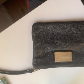 Brugt, men holder sig rigtig godt BYD gerne:)   Clutch  pung  taske