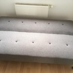 Sovesofa i grå som ny  Udslået liggemål (b&l) 108 x 180  Ryghøjde i cm 44 Sædehøjde i cm 36 Sædedybde i cm 56  Afh. 6710