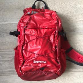 Suprême backpack Cond 5/10 Nogle flaws som ses på billedet  Skriv pb for spørgmål  Prisen er ikke fast så BYD