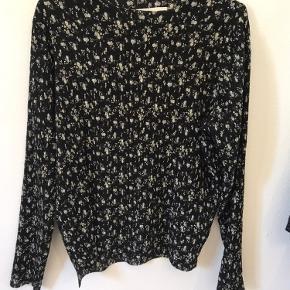 Smuk crepet bluse fra Neo Noir i det fineste print