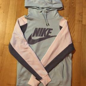 Sælger denne super fede og helt nye lyseblå hoodie fra Nike! Afhentes 8000 Aarhus C Eller sendes med Dao for 38kr.
