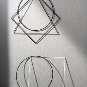 Fin og skulpturel trekant/triangle lavet af rustfrit stål sælges. Hæng den på væggen, stil den på reolen eller gør noget helt tredje.  Triangle har målene: Højde 69 cm, bredde 80 cm.  Trekanten er som ny.  Nypris 300kr.  Sælges for 100kr afhentet. (kan ikke sendes).