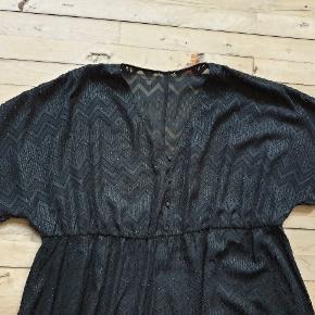 Oversize kjole med elastik under bærestykket. Mærkerne er klippet ud da den er gennemsigtig, men det er en engelsk str. 20 og passes af 46 / 48 / 50. Den måler 110 - 140 under brystet, 190 om rumpen og den er 117 lang. Har aldrig været på. #30dayssellout