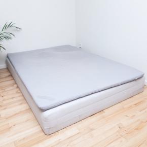 Sælger denne IKEA seng med topmadras af modellen 'sultan silsand'. Sengen er omtrent 8 år gammel, så den er brugt, men er i fin stand. Mindre brugsmærker på kanten. Den måler 140x200 cm. Ben følger også med, kan sende billede ved forespørgsel. Kan overtages efter d 24/6, da jeg først flytter deromkring.