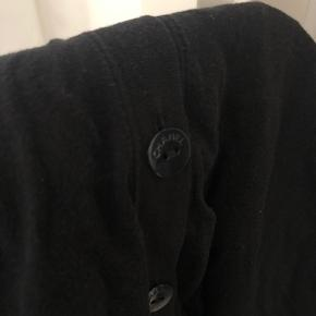 Chanel cardigan i 100% bomuld med lysgrå kantbånd ved hals og lommer, og Chanel-knapper. Rib i bunden og ærmer, Den er let nulret og et lille hul der er syet ved armhule, eller fin stand.  Kan passe xs-m vil jeg sige 😊  Nyprisen er anslået. Bytter ikke