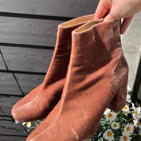 Så fine lyserøde velour støvler med hæl (5-6cm) fra Zara. Brugt enkelte gange, men har for mange sko og derfor sælges de. Passer alm 38.