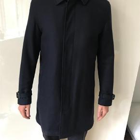 Varetype: Frakke Farve: Mørkeblå Oprindelig købspris: 3500 kr. Prisen angivet er inklusiv forsendelse.