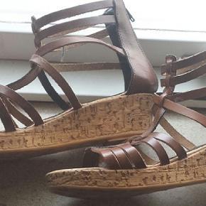 ( man kalder) Gladiator sandaler  , mærke Kokka  Meget behagelig , sidder godt fast på foden. Lukkes med pæn brun lynlås bag på   Ægte læder  Aldrig brugt