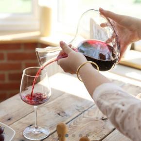 Aldrig været åbnet.  SAGAFORM  Red Wine Decanter with Oak Stopper  A beautiful red wine decanter that will work for all types of beverages. The timeless design will never go out of style.  Denne vinkaraffel er en klassiker hos Sagaform. Den er designet til servering og dekantering af rødvine, så du opnår de bedst mulige smagsaromaer. Karaflen kan dog bruges til alle drikkevarer så som vand, juice eller saftevand. Den har et tidløst design og egeproppen giver den et stilrent finish. Karaflen er en yderst populær gave, som med dens elegante design passer ind i ethvert hjem.  PRODUKT DETALJER: Materiale Mundblæst glas og prop af Eg -Kapacitet: 2 cl. -Vægt: 0,7 kg. -Inkluderet tilbehør: Egeprop. -Mærke: Sagaform. -Højde: 27,5 cm. -Diameter: 19,5 cm. -Type: Vinkaraffel. -Farve: Glas og træ. -Materiale: Glas og egetræ.  For flere billeder se i kommentar.  Se også mine andre annoncer ;)