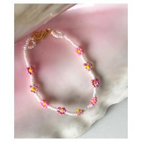 Daisy perle armbånd 🌸 hvide perler med lyserøde og pink blomster  Mål: 16,5 cm Lås: messing  💌💵 Prisen er pr styk (armbåndet på første billede) inkl Porto med postnord  ⭐️ Køber du flere smykker får du 10kr rabat pr ekstra smykke⭐️