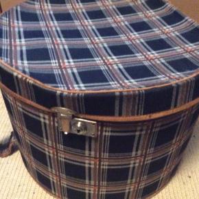 En ældre brun ternet stor rund æske med lommer inde i. Se billeder Kan afhentes