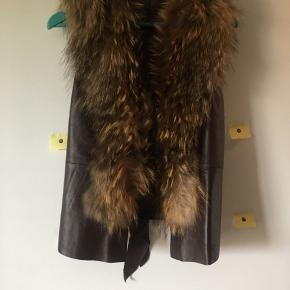 Brun skindvest med pelskrave fra Buch of Copenhagen kun brugt få gange