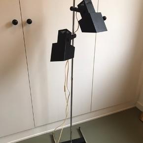 Super cool Retro standerlampe med 2 justerbare skærme.  Har lidt alm. aldersrelateret brugsspor.  Kan afhentes i Rødovre.